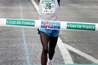 Kenyan Salim Kipsang wins the 2005 Paris Marathon (AFP/Getty Images)