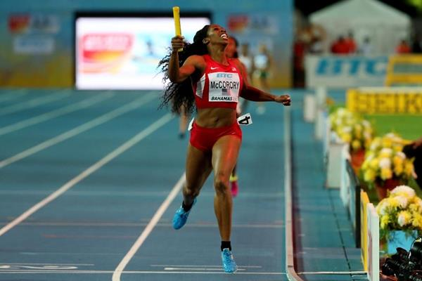Francena McCorory runs the anchor leg for the USA in the 4x400m at the IAAF/BTC World Relays, Bahamas 2015 (Getty Images)