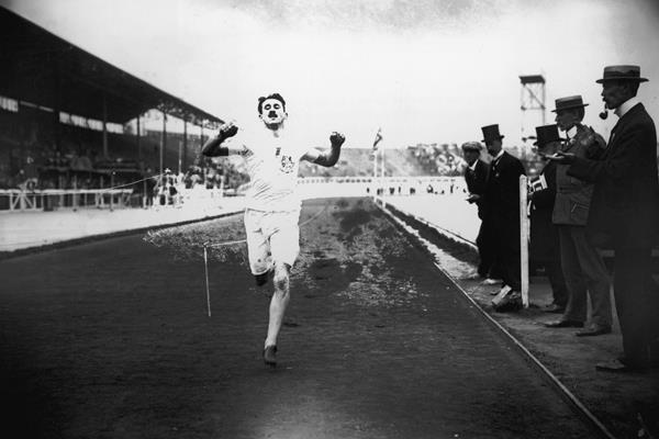 Wyndham Halswelle wins the 1908 Olympic 400m title (Getty Images)