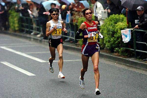 Reiko Tosa (r) runs away from Naoko Takahashi (l) in Tokyo (Kazutaka Eguchi/Agence SHOT)