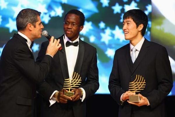 Dayron Robles of Cuba (centre) is awarded male Performance of the Year for 2008, with Liu Xiang of China who collects his performance of the year trophy for 2006 during the 2008 World Athletics Gala (Getty Images)