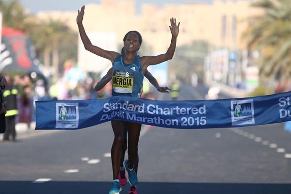 Aselefech Mergia winning the 2015 Dubai Marathon (Giancarlo Colombo)