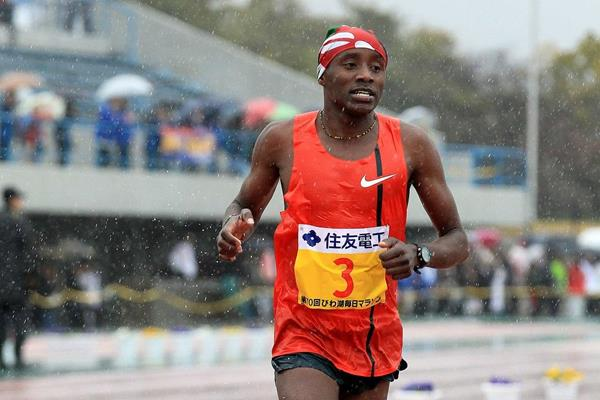 Samuel Ndungu winning the 2015 Lake Biwa Marathon (organisers / Victah Sailer)