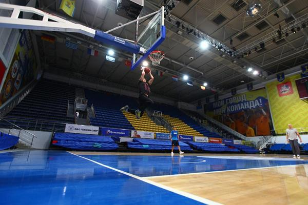 Ivan Ukhov performing a slam-dunk (SPIKES)