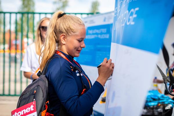 Finnish pole vaulter Saga Andersson visits the Athletics Integrity Unit outreach programme booth at the IAAF World U18 Championships Tampere 2018 (Dan Vernon)