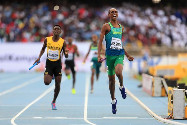 Alison dos Santos anchors Brazil to victory in the mixed relay at the IAAF World U18 Championships Nairobi 2017 (Getty Images)