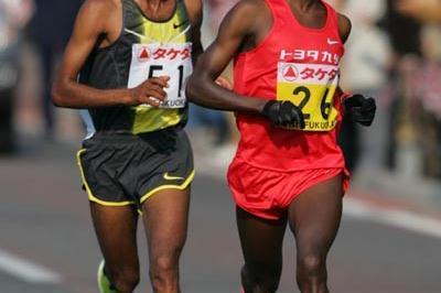 Deriba Merga (l) and Sammy Wanjiru battling in Fukuoka (Kazutaka Eguchi/Agence SHOT)
