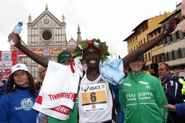 Jackson Kirwa Kiprono celebrates his win at the 2008 Florence Marathon (Giancarlo Colombo)
