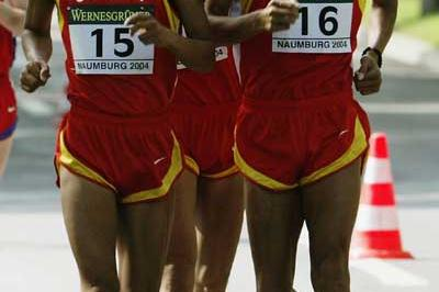Yu Chaohong (16) leads the field in the 2004 IAAF World Cup (Getty Images)