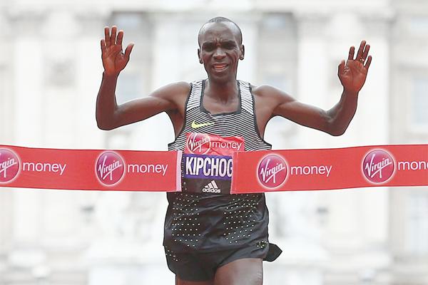 Eliud Kipchoge winning at the 2016 London Marathon (Getty Images / AFP)