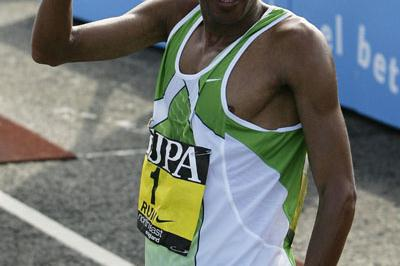 Hendrick Ramaala after his third Great North Run victory (Getty Images)