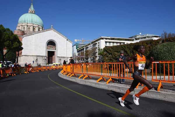 Lornah Kiplagat of the Netherlands on her way to victory (Getty Images)