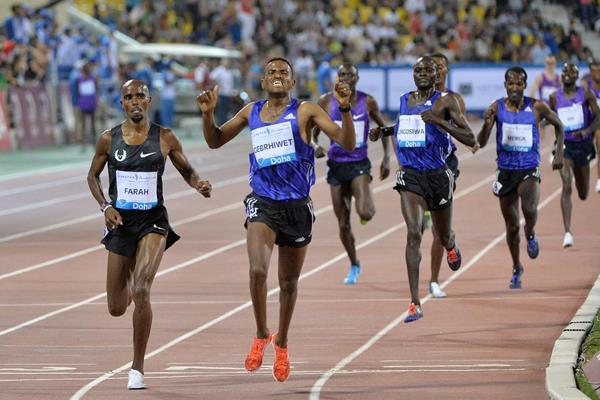 Hagos Gebrhiwet defeats Mo Farah in the 3000m at the 2015 IAAF Diamond League meeting in Doha (DECA Text & Bild)