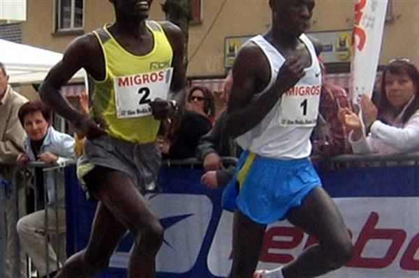 Edwin Soi (left), before edging past Moses Mosop in the Dongio 10Km (Igor Bernasconi)