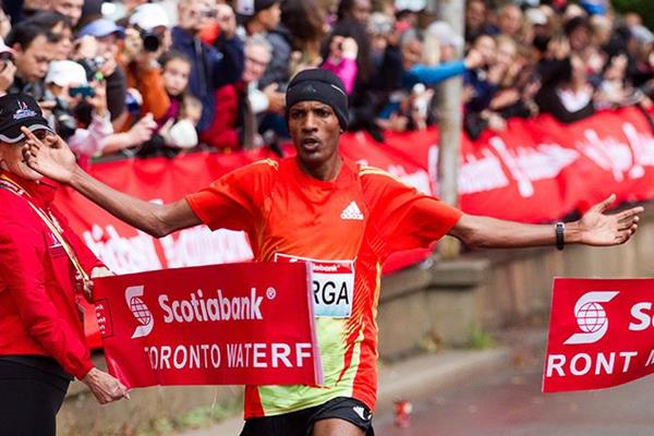 Sahle Warga winning at the 2012 Scotiabank Toronto Waterfront Marathon (Canada Running Series)