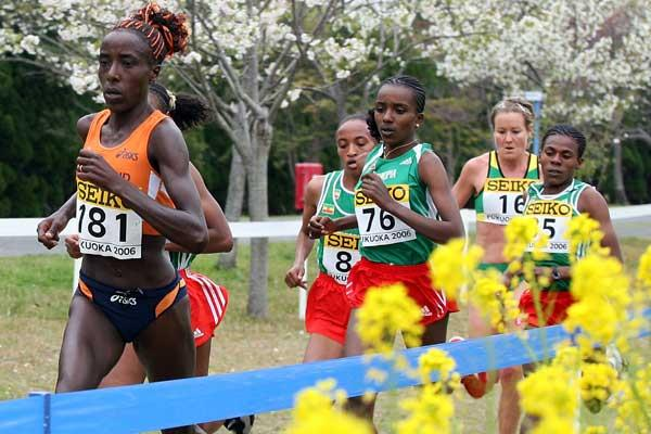 Lornah Kiplagat of the Netherlands leads Tirunesh Dibaba in the short race (Getty Images)