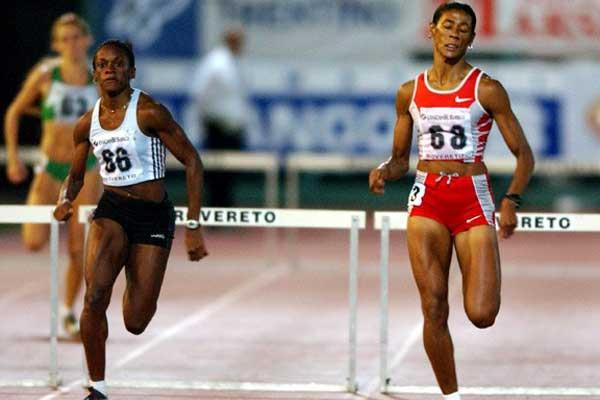 Andrea Blackett (left) closes down on Glover in Rovereto (Randy Miyazaki)