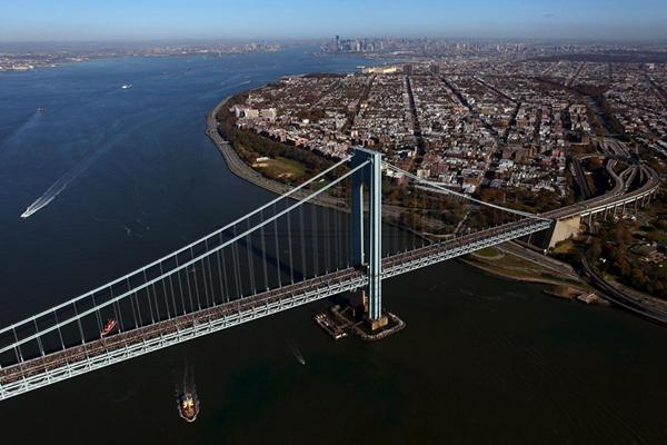 Runners cross the Verrazano-Narrows Bridge at the start of the 2011 New York City Marathon (Getty Images)