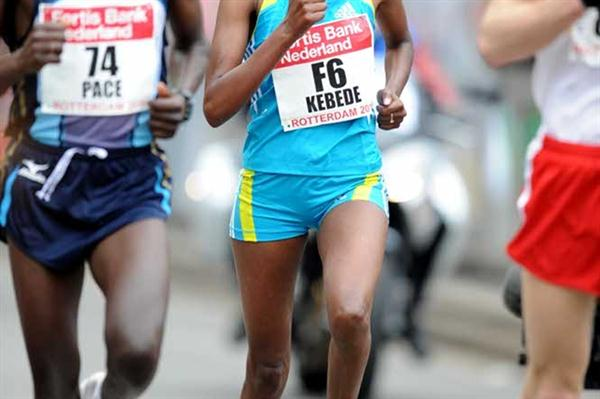 Aberu Kebede on the way to her 2:25:25 victory in Rotterdam (Jiro Mochizuki)