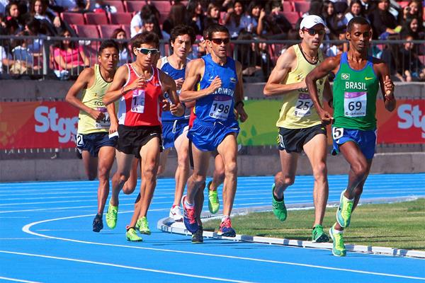 Giovani Dos Santos leads from eventual winner Bayron Piedra in the 10,000m at the ODESUR Games (Oscar Muñoz Badilla)