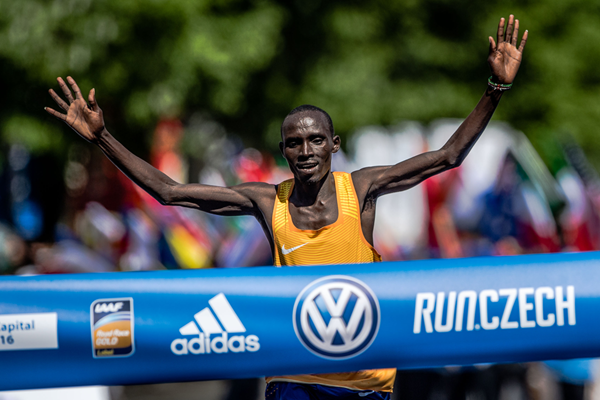 Lawrence Cherono wins the Prague Marathon (Organisers)