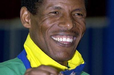 Haile Gebrselassie celebrates winning the men's 3000m final (Getty Images)