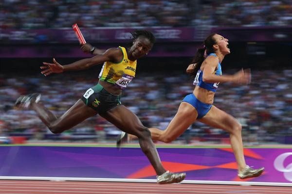Kerron Stewart (L) of Jamaica and Elyzaveta Bryzgina of Ukraine race to the finish line during the Women's 4 x 100m Relay Round 1 of the London 2012 Olympic Games on 9 August 2012 (Getty Images)