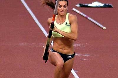 Yelena Isinbayeva (RUS) prepares for 4.90m vault - Lausanne (Lorenzo Sampaolo)