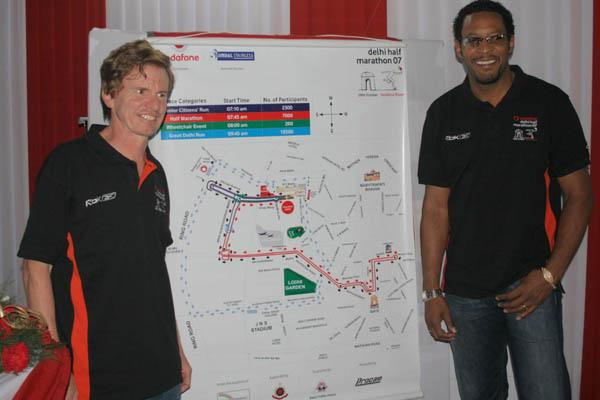 Hugh Jones of AIMS (l) and Javier Sotomayor unveil the new course for the New Delhi Half Marathon (Organisers)