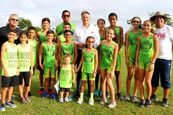 IAAF President Sebastian Coe with local athletes in San Juan (Hector Martinez)
