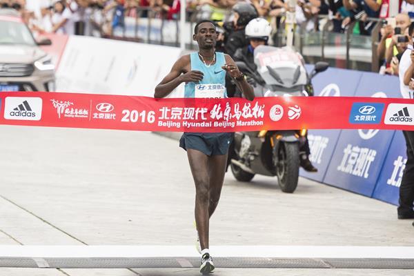 Mekuant Ayenew winning the 2016 Beijing Marathon (organisers)