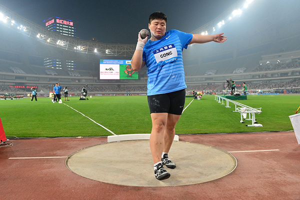 Gong Lijiao in the shot put at the IAAF Diamond League meeting in Shanghai (Errol Anderson)