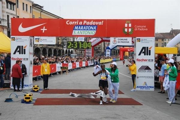 Woynichet Girma from Ethiopia wins the 2009 Padua Marathon (Francesco Michelacci)