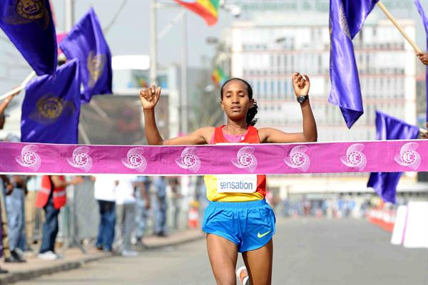 Abebech Afework winning the 2011 Great Ethiopian Run (Organisers)