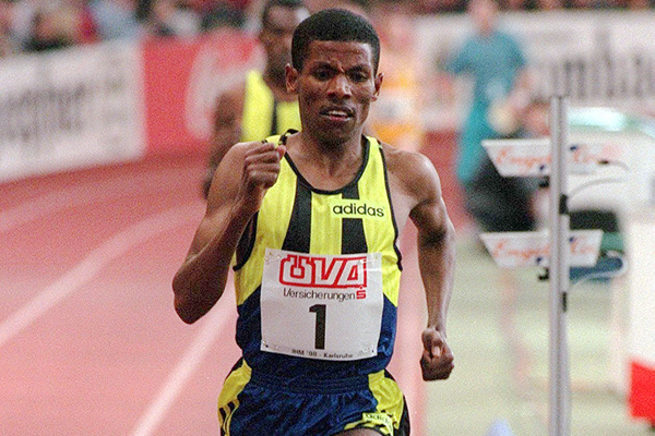 Haile Gebrselassie on his way to a world indoor 3000m record in Karlsruhe (Getty Images)