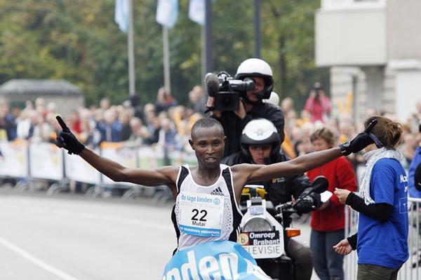 PB 2:07:50 for Geoffrey Mutai in Eindhoven (Delmeire Images)