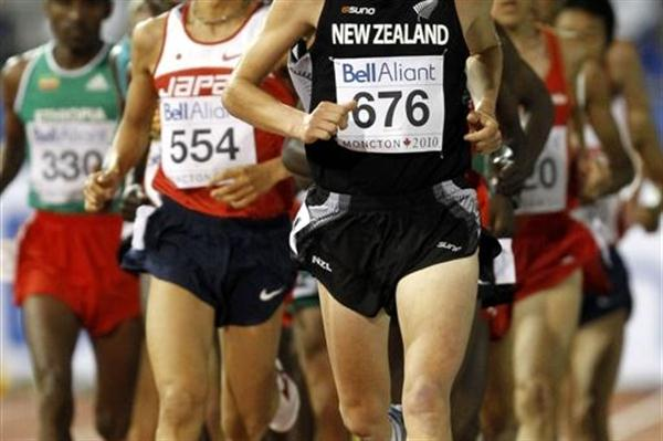 Aaron Pulford of New Zealand leads the 10,000m in the early stages before going on to finish fifth (Getty Images)