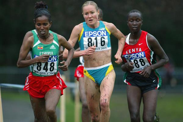 Benita Willis (c) en route to the 2004 world cross country long course title in Brussels (Getty Images)