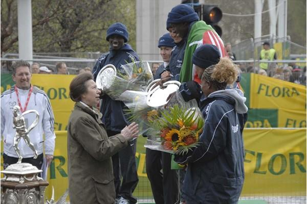 Princess Anne makes presentation to London winners (Sean Wallace Jones for the IAAF)