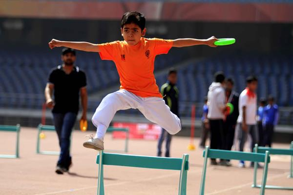 A child competes in a hurdles shuttle relay at the IAAF / Nestlé Kids' Athletics workshop in New Delhi (AFI)