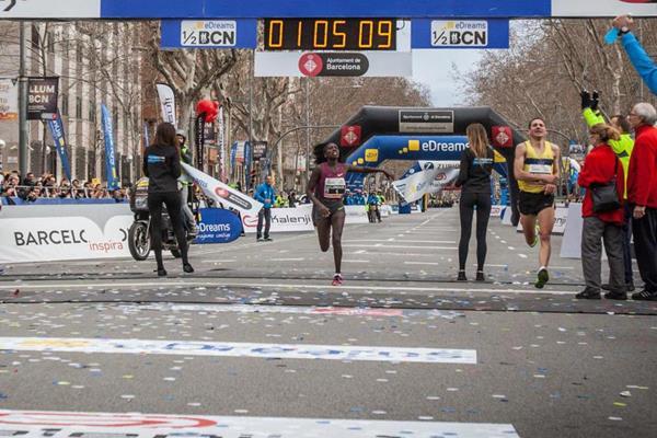 Florence Kiplagat breaks the half-marathon world record in Barcelona (Organisers)