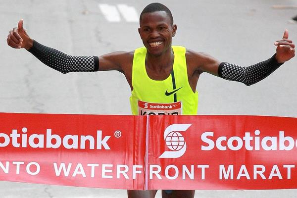 Laban Korir winning the Toronto Waterfront Marathon (Organisers / Victah Sailer)