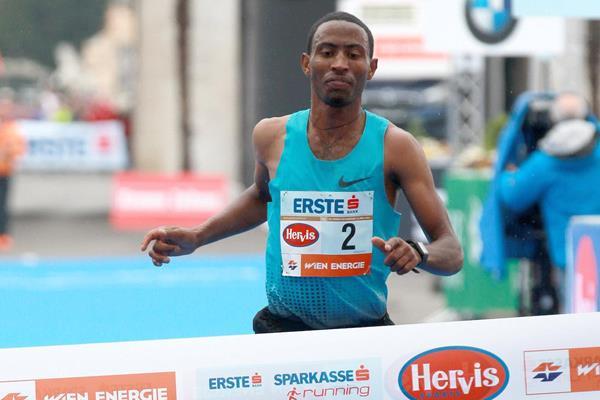 Getu Feleke winning the 2014 Vienna City Marathon (www.photorun.net)