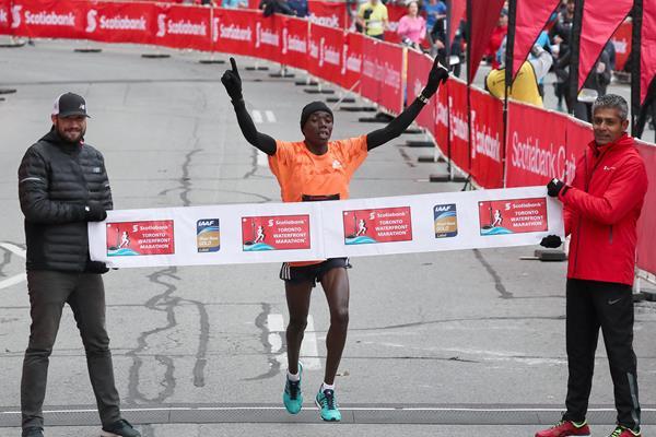 Benson Kipruto winning in Toronto (Victah Sailer)