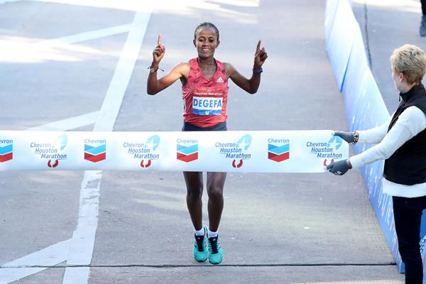Biruktayit Degefa wins the Houston Marathon (Victah Sailer)