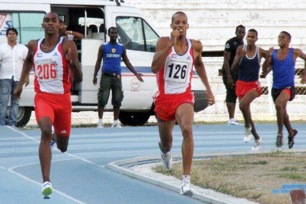 Raidel Acea (left) and Andy Gonzalez fight it out in the 800m in 2011 Barrientos Memorial (Raul Rodriguez)