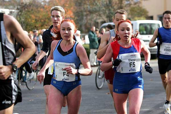 Olesya (l) and Elena Nurgalieva (r) running in the 2004 Frankfurt Marathon (Victah Sailer)