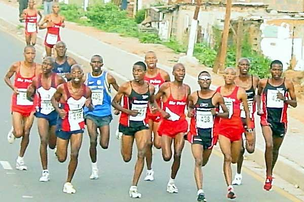 Hendrik Ramaala ( extreme left in red). Runner-up Patrick Nthiwa (409) in blue; third placed Cuthbert Nyasango (441) at the front Johannesburg 20km (Mark Ouma)