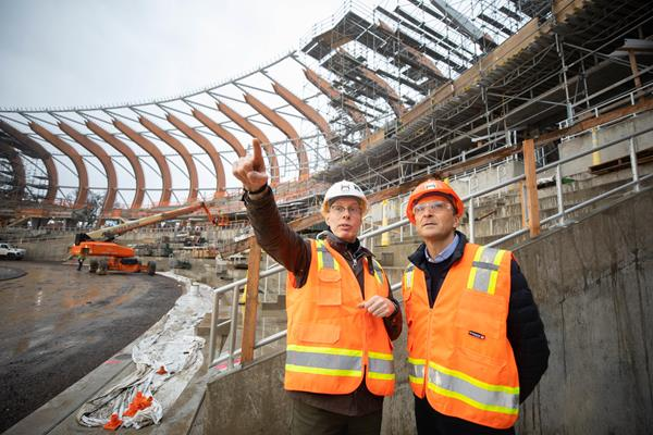 Oregon21 CEO Niels de Vos with World Athletics CEO Jon Ridgeon (LOC)