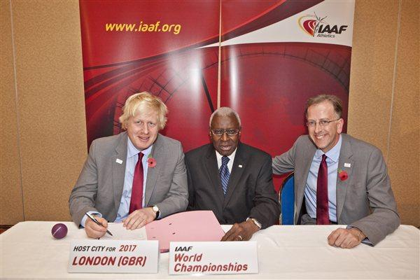 Mayor of London Boris Johnson, IAAF President Lamine Diack, and Ed Warner, Chairman of UK Athletics (Phillipe Fitte)